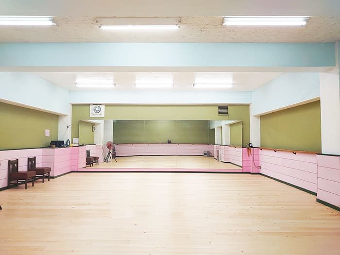 2021年床を張り替えました。2020年8月鏡を新調し、3枚から5枚に増やしました - スタジオ アーマーズピンクドア レッスンスタジオの室内の写真