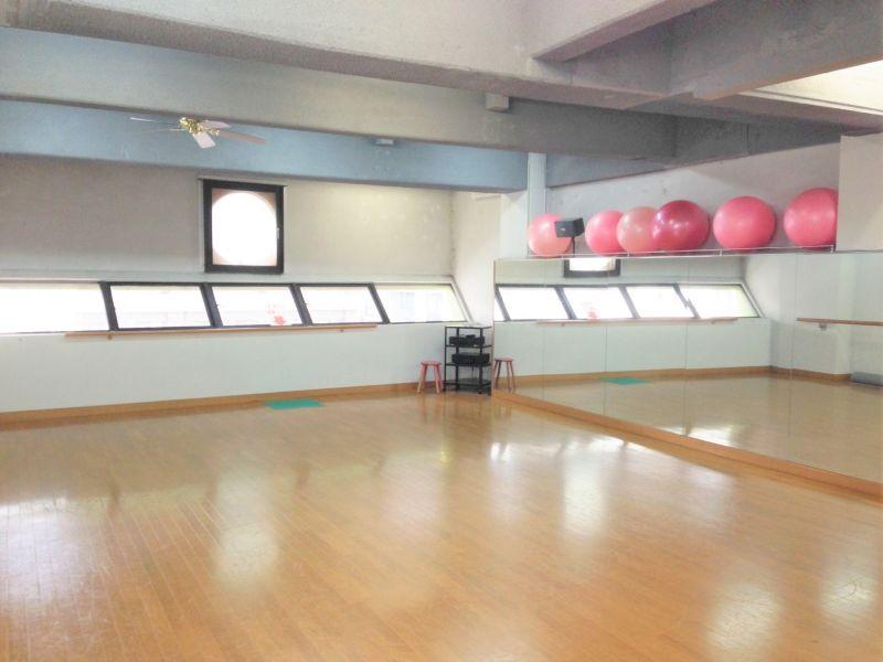 スタジオの外に待合スペース、お手洗い、更衣室がございます。 - トレーニングジム&レンタルスタジオ サン・ワークアウト 多目的スペース(3階)の室内の写真