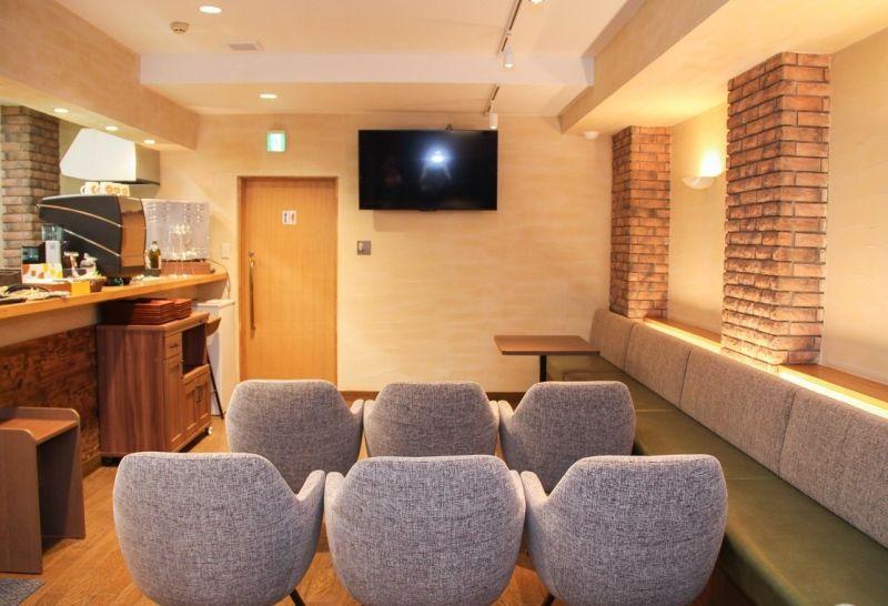 西新橋 貸会議室&電源・WiFiくつろぎカフェ ロジカフェ ミニセミナー用 レンタルスペースの室内の写真