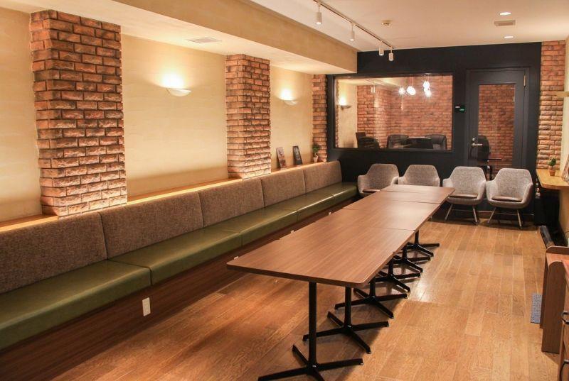 西新橋 貸会議室&電源・WiFiくつろぎカフェ|ロジカフェ パーティー用スペースの室内の写真