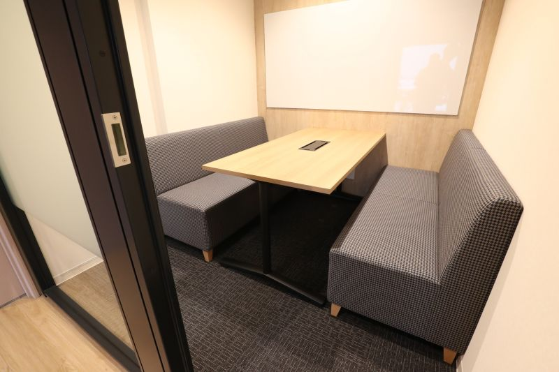 fabbit広島駅前 ミーティングルーム・4名用(ソファ席)の室内の写真