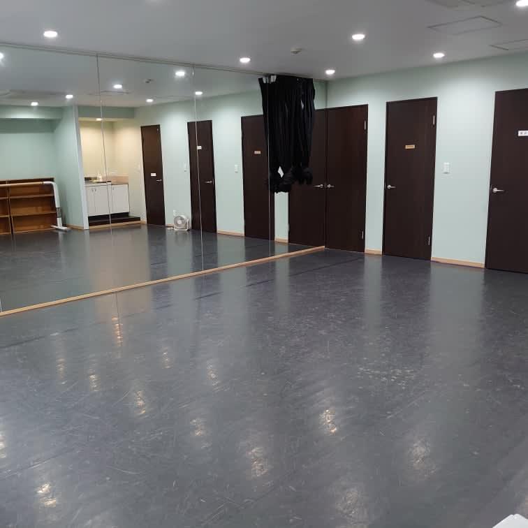 2021年照明を付け替えて明るくなりました - スタジオ アーマーズグリーンドア ダンススタジオ・多目的スペースの室内の写真