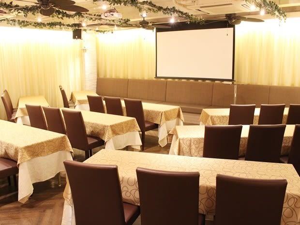 名古屋会議室 ELLE HALL Dining 名古屋駅前店 第1会議室(1〜28名)の室内の写真