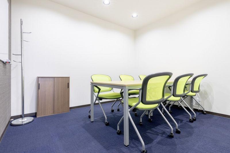 神戸三宮エリアの6名用会議室 6名用会議室の室内の写真