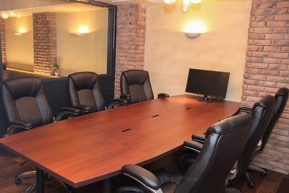 西新橋 貸会議室&電源・WiFiくつろぎカフェ|ロジカフェ LOGI CAFE 商談がうまくいく 貸し会議室の室内の写真