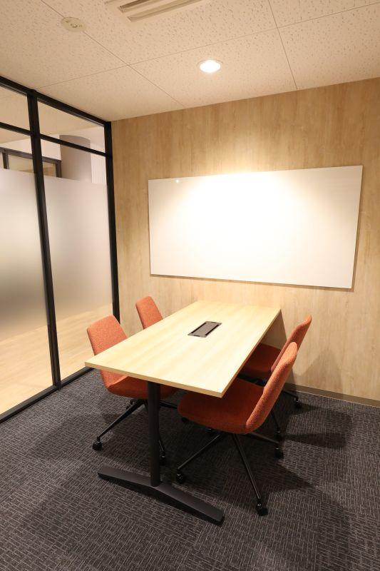 fabbit広島駅前 ミーティングルーム・4名用(椅子席)の室内の写真