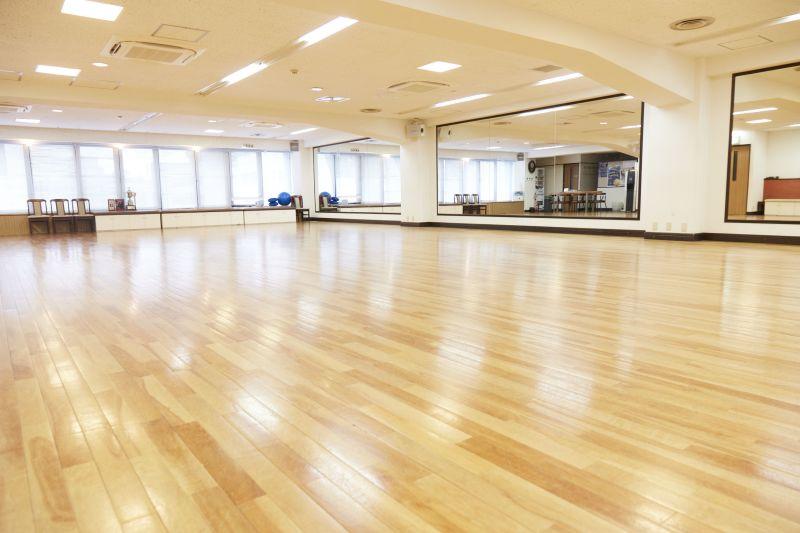 現在、感染予防対策のためご利用人数の定員数を制限をしております。50名まで(通常は110名) - 横浜 桝岡ダンス教室 レンタルスペースの室内の写真