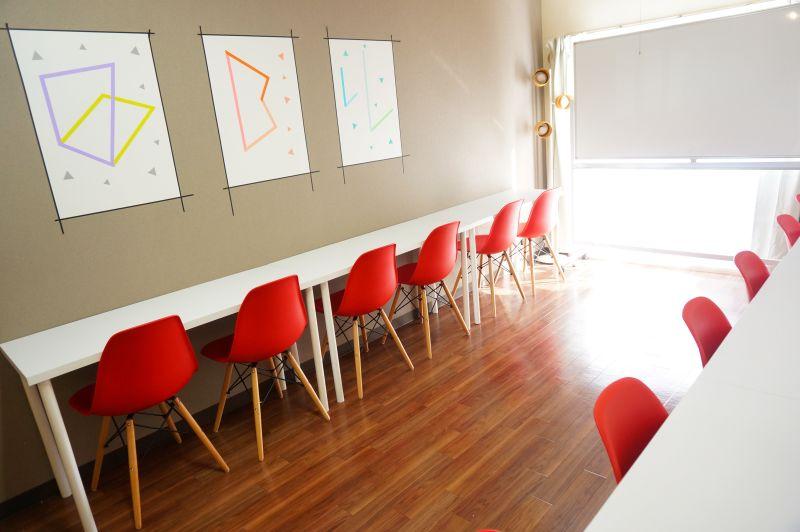 【横浜駅東口会議室】 WIFI/プロジェクター無料の貸し会議室の室内の写真