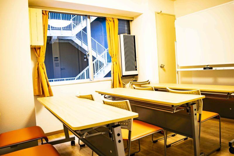 ドリームビズ新宿三丁目会議室 6人用会議室の室内の写真