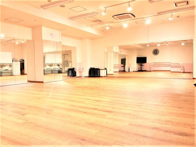 UraraDance横浜 関内店 ピーチホールの室内の写真