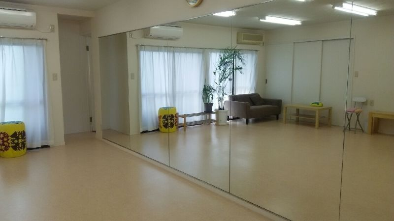 サロン オレナ 鏡付きスタジオの室内の写真