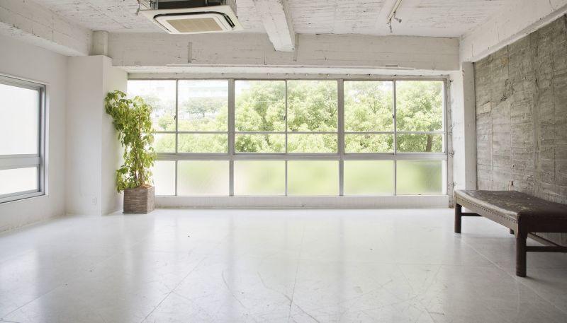北側全面の窓から綺麗な自然光が入ります - SESSIONS  003 SESSIONSギャラリーの室内の写真