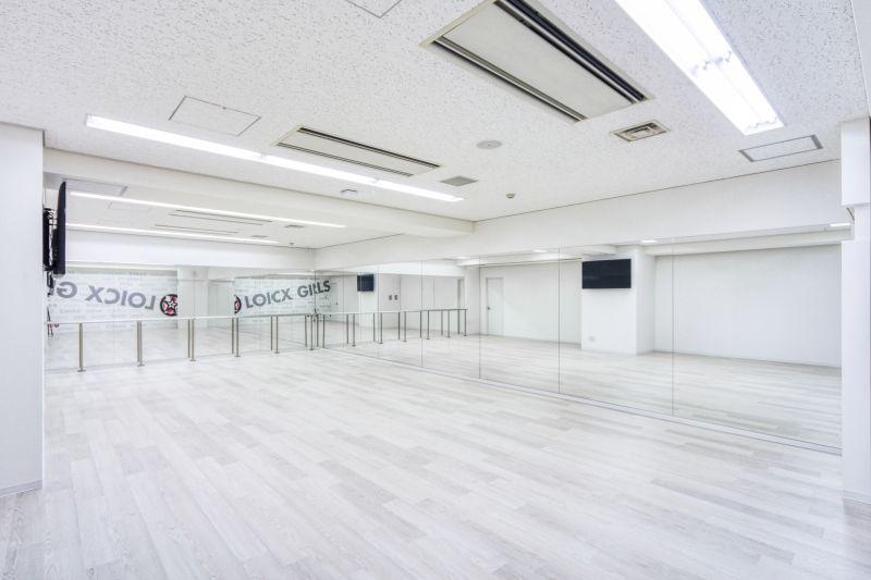 白を貴重としたおしゃれできれいなダンススタジオです。 - LOICXダンススタジオ レンタルスタジオの室内の写真