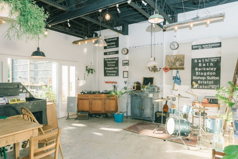アール アール カフェの室内の写真