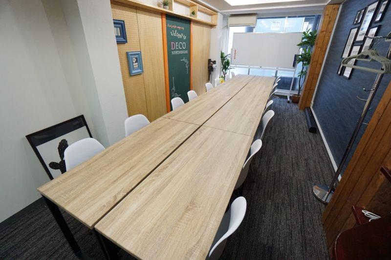 【DECO会議室】 プロジェクタ無料の貸し会議室♪の室内の写真