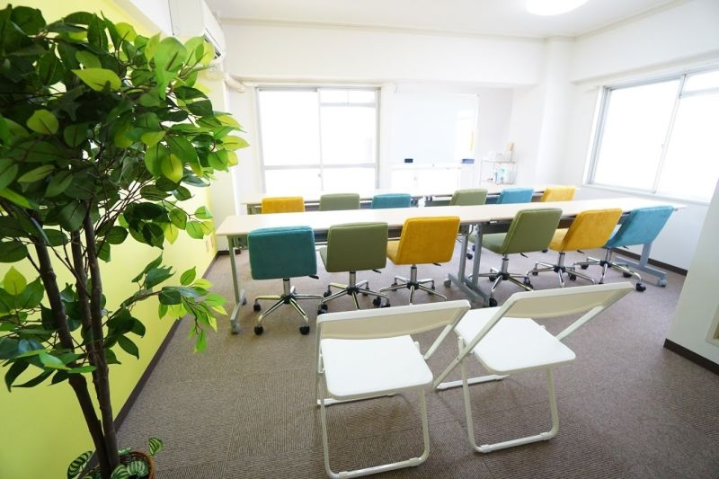 レオン会議室 とっても明るい貸しスペースの室内の写真