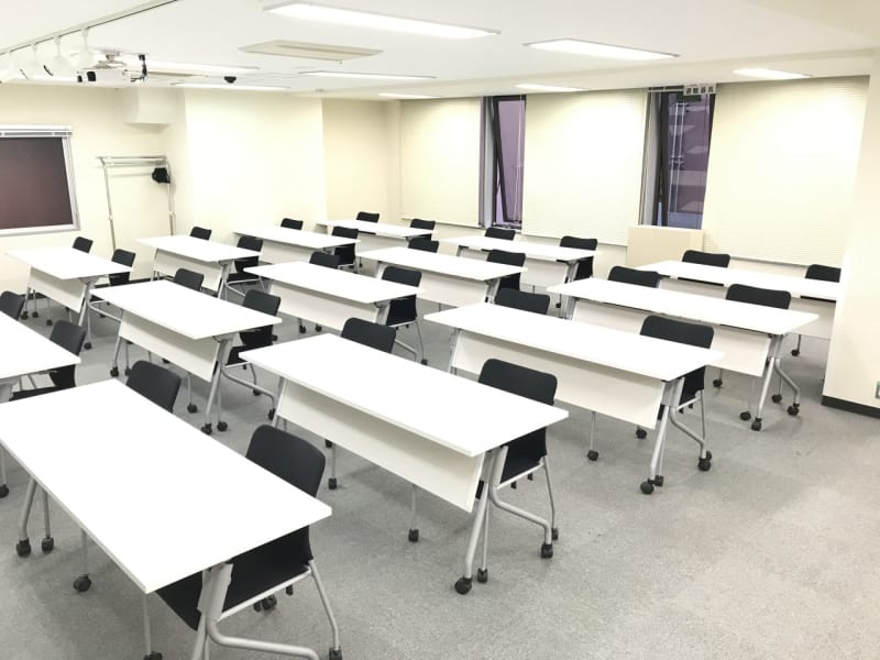 ソーシャルディスタンス レイアウト スクール型 30名(2名がけ) - 銀座ユニーク貸会議室 カンファレンスルームの室内の写真