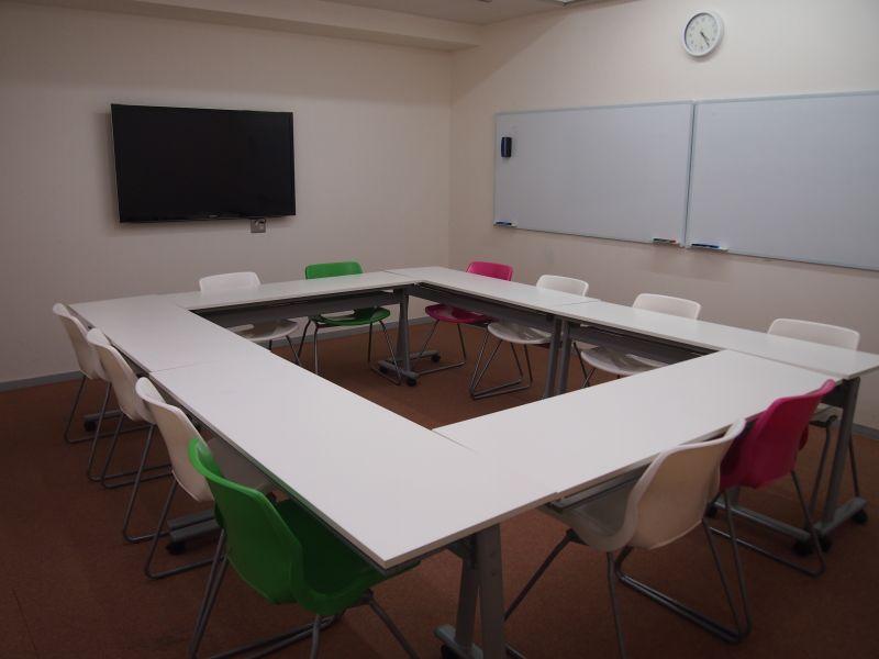 脳ジム セミナールーム 貸会議室 オレンジルームの室内の写真