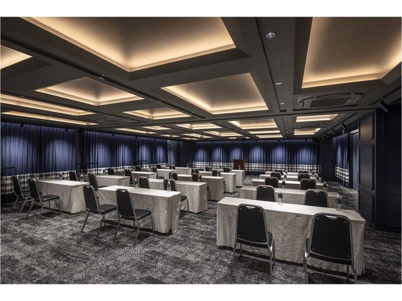 【CERULEAN】 モダンでスタイリッシュな空間。セミナー、シアター、円卓、自由なレイアウトをご提案します。 - THE LIVELY福岡 バンケットホール(2階)の室内の写真