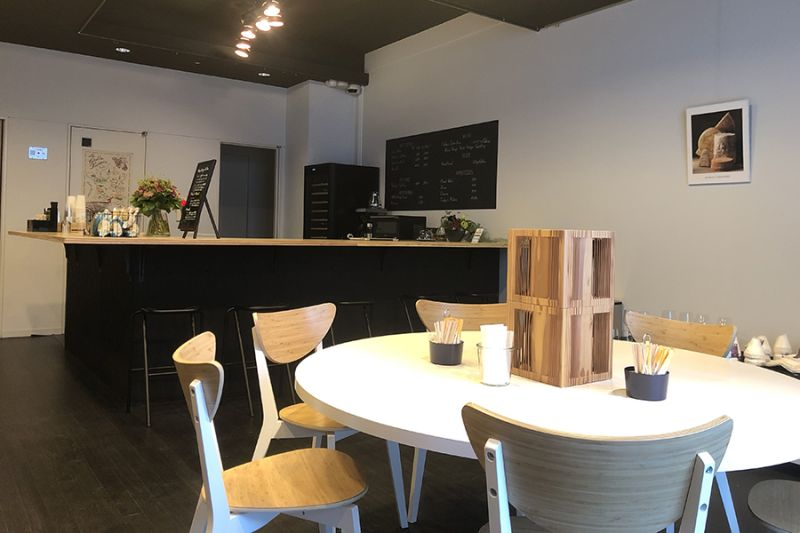 カフェ エ  アペロ 試食会、ワークショップスペースの室内の写真