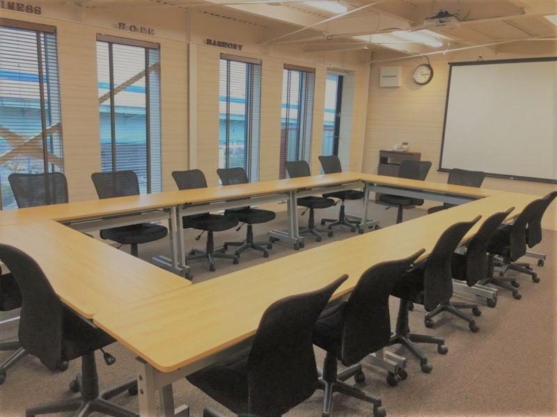 ツムギ住研 株式会社 本社ビル 【ツムギ住研 本社】4F会議室の室内の写真