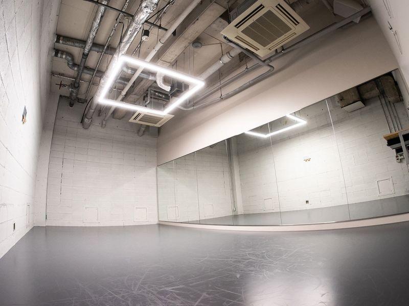 コンパクトながら、4mの天高があり、開放的な空間となっております。 - StreetDancePark B studioの室内の写真
