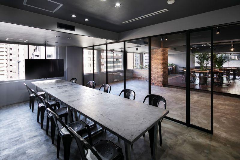 会議室内(窓側にはTVモニターが固定で設置) - RANA TAIL 南森町 南森町駅から徒歩5分の会議室の室内の写真