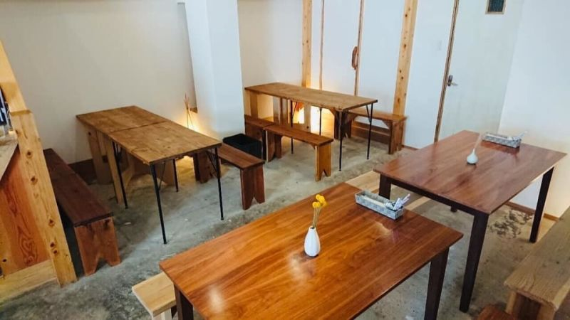 ゲストハウス縁 1階飲食カフェスペースの室内の写真
