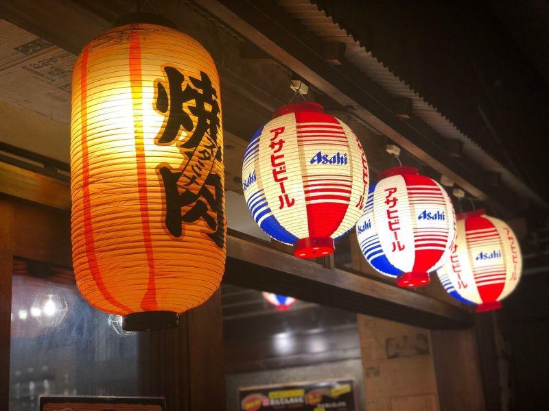 焼き肉まんてん 昭和レトロな店内の室内の写真