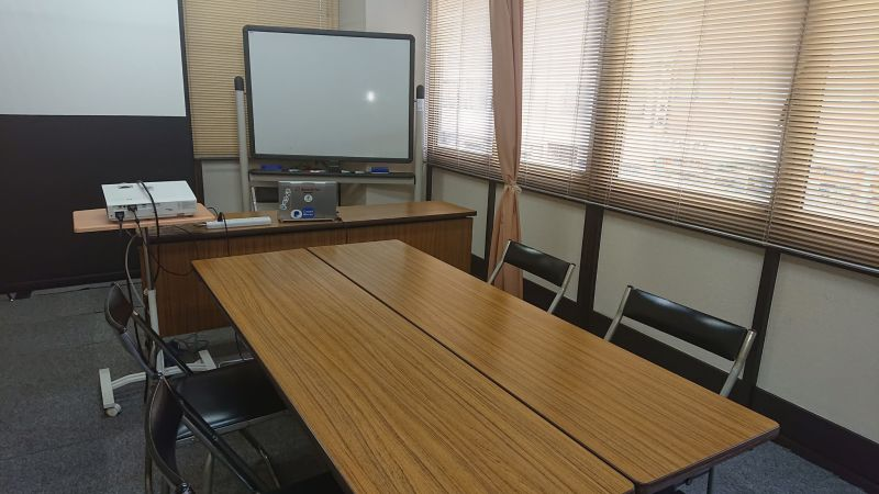 ミーティングスタイル 4名~ 8名 ※ソーシャルディスタンスの場合は、机4本4名 - 貸会議室リヴィング・ラボとくしま 小ルーム JR徳島駅近く貸し会場の室内の写真