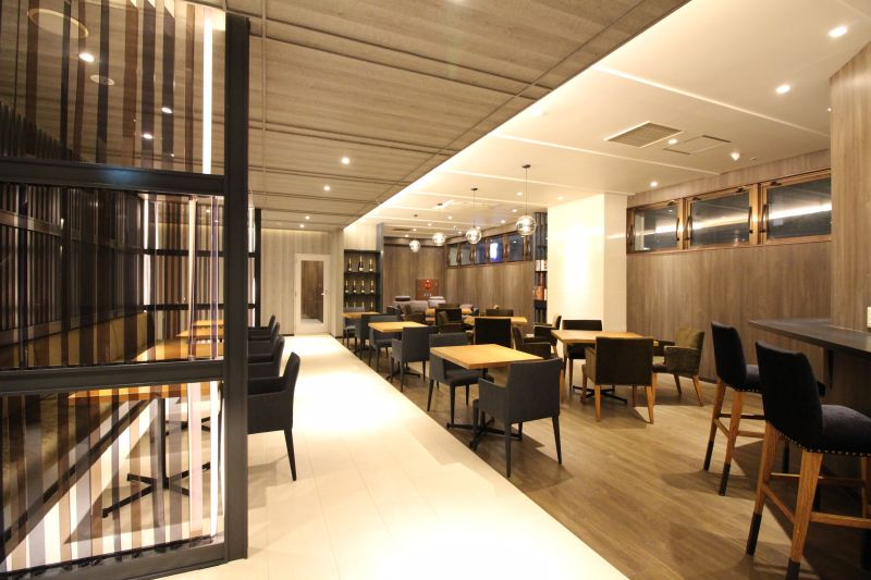 NHOTEL CAFE レストランスペースの室内の写真