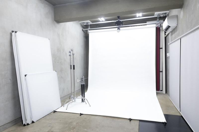 [内観-スタジオスペース]清田写真スタジオでは高い天井や広い室内でプロ仕様の照明機材や大型背景紙などをご使用いただけます。カメラ一台さえあば本格的なライティング環境で満足のいく撮影をすることが出来ます。 - 清田写真スタジオ(屋上付き) シンプル背景紙 100㎡の屋上の室内の写真