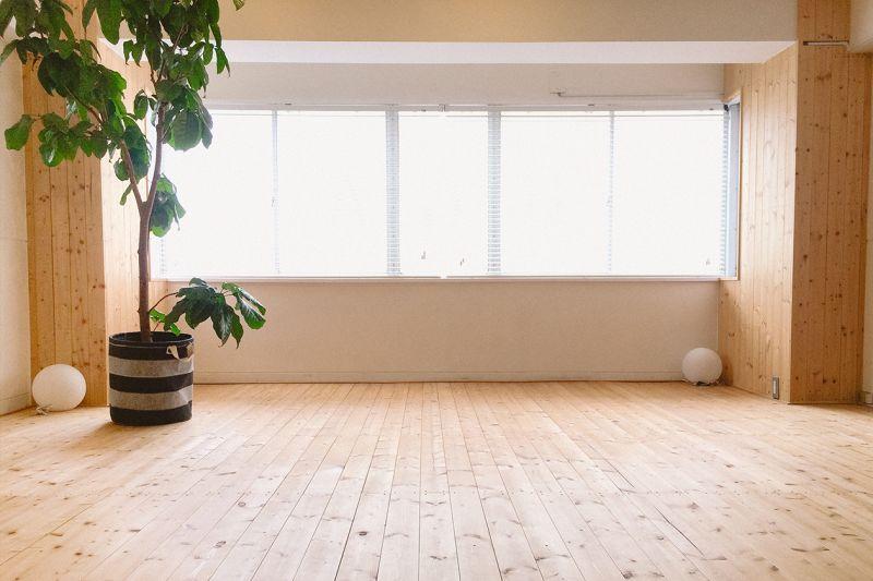無垢床が広がるスタジオです。 - 【東銀座】ハスヨガ 無垢床ヨガスタジオ|ヨガマット有の室内の写真