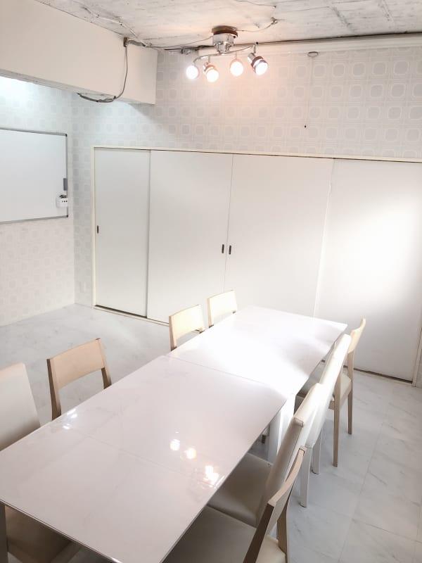 地域No1価格!無料サービス充実 3F キッチン付きスペースの室内の写真