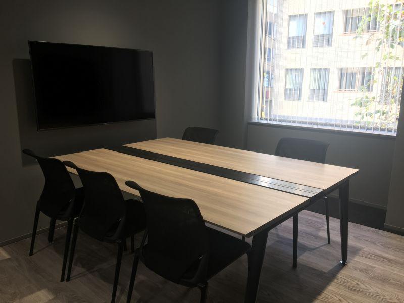 DMZ WORK 貸し会議室の室内の写真