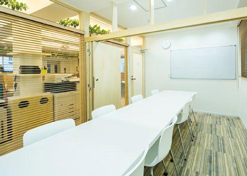 Maffice北参道 貸し会議室②:窓あり4名仕様の室内の写真