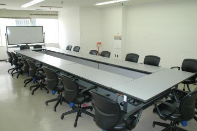 センタープラザ西館貸会議室 15号会議室の室内の写真