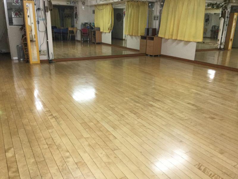 スタジオLEON ダンスレッスン、練習にABルームの室内の写真