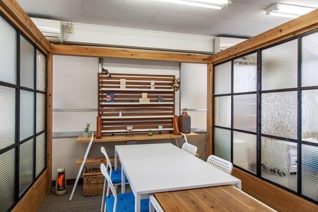 講座や教室はこちらのスペース。8~10人利用可能。 - 神楽坂ひとまちっくす コミュニティスペースの室内の写真