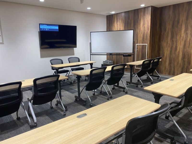 BIZcomfort神戸元町 セミナールーム<最大14名>の室内の写真