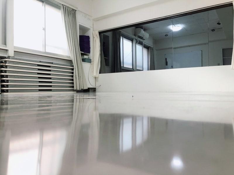 全身を見ることができるのでダンスやトレーニングに最適です - 地域No1価格!無料サービス充実 スタジオ・セミナーに最適スペースの室内の写真