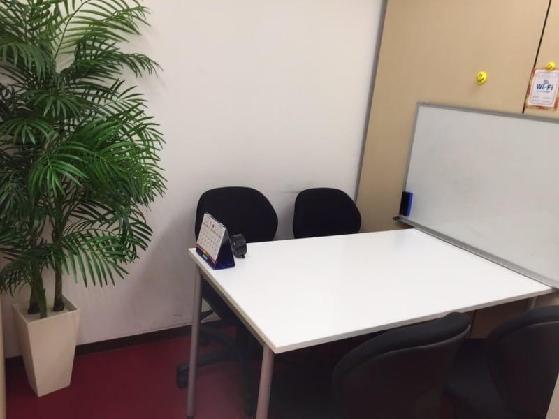 東京言語学院新宿校 会議室の室内の写真