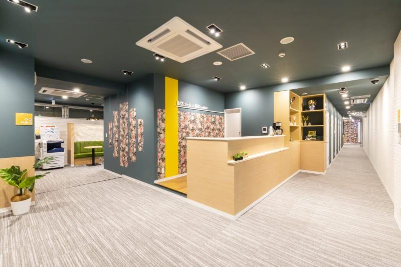 広々としたエントランス🎶コンシェルジュがお待ちしております(^^♪ - BIZcomfort仙台一番町 6名用会議室の室内の写真