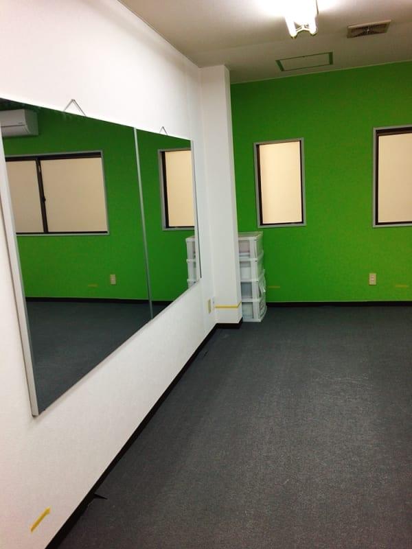 鏡も用意しています - 豊里フリールーム B教室の室内の写真