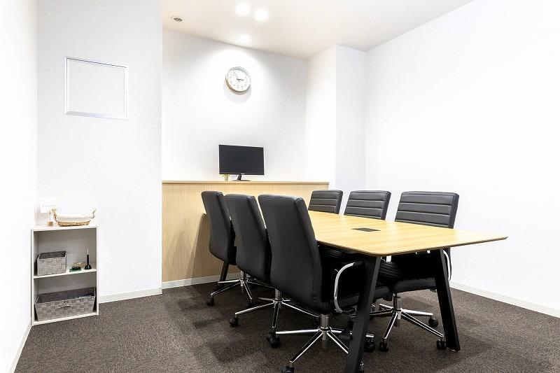 BIZcomfort町田 会議室(6名用)の室内の写真