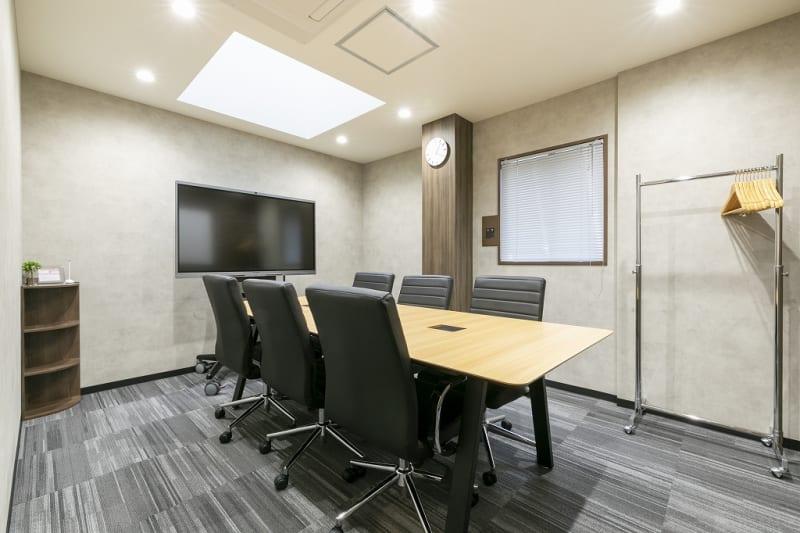 室内にはWEB会議対応のモニターあり★ - ビズコンフォート仙台クリスロード 6名用会議室の室内の写真