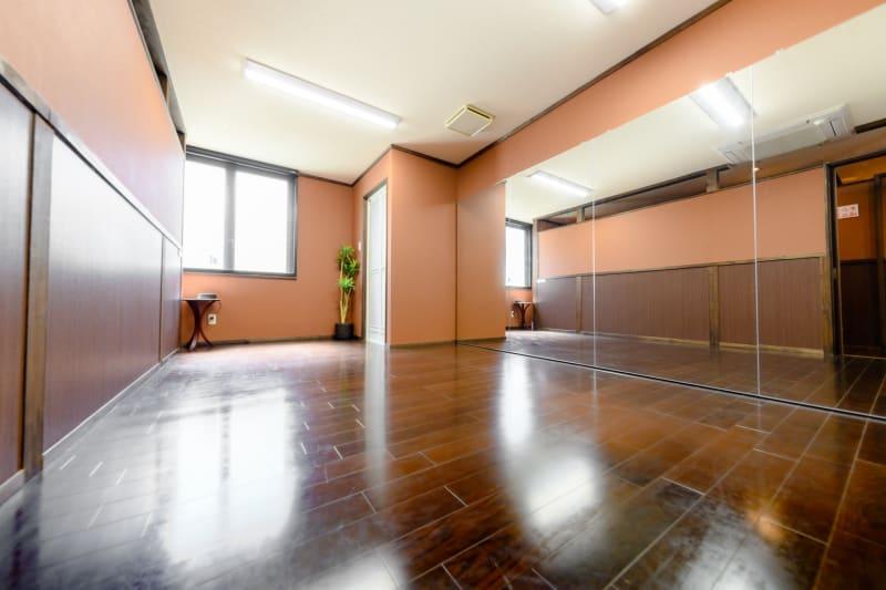 ✓ダンスなど動きのあるご利用5名まで ✓ミーティングなどの着席利用で8名まで - スタジオブーン八女 24時間使えるスタジオの室内の写真