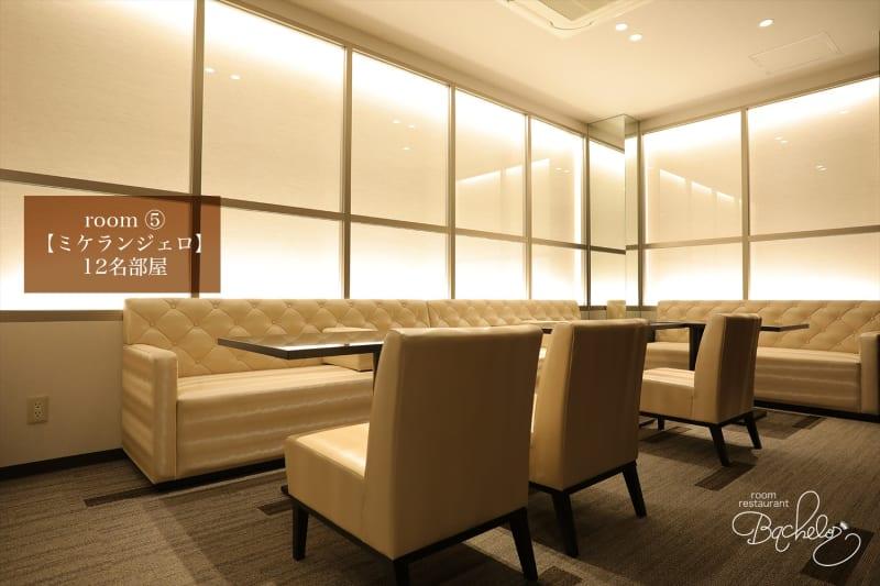 最大人数12名様 ガラス張りのダウンライトがお洒落な空間 - ルームレストラン バチェラー ミケランジェロの室内の写真