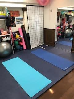 マットは横向きで2枚並べられます - 19Factory パーソナルトレーニングスペースの室内の写真