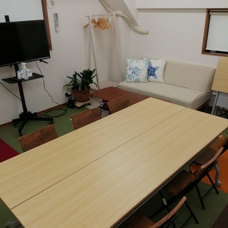 会議でも、商談でも使用できるようにソファーを設置いたしました。 - レンタルスペース星陵台 サニースペース星陵台の室内の写真